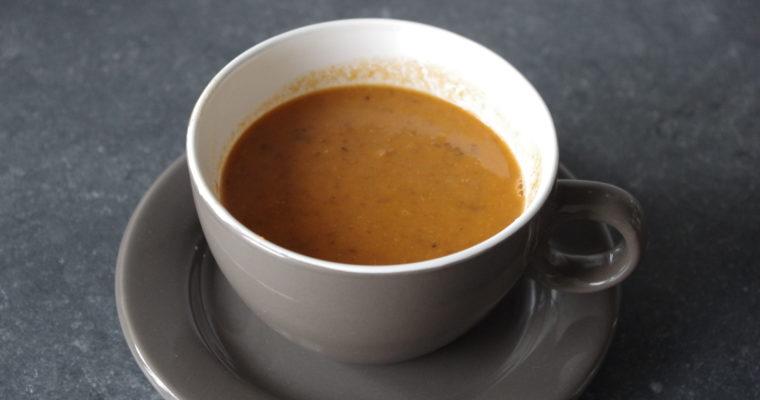 Gezonde lunch met tomaten-linzensoep