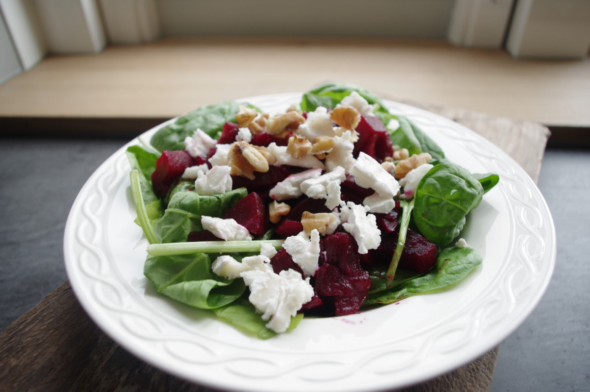 Zomerse salade geitenkaas met bietjes en spinazie