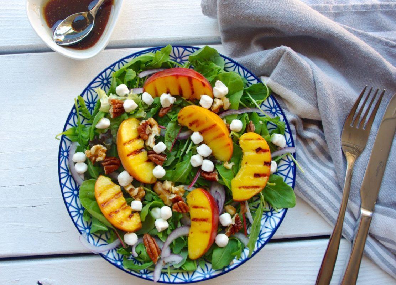 Frisse zomersalade met gegrilde perzik en geitenkaas bolletjes
