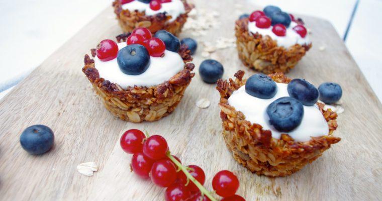 Ontbijt taartje met griekse yoghurt en vers fruit